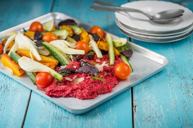 Rode Hummus met Gegrilde Groenten (vegan)